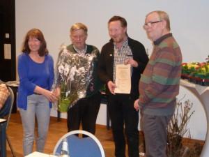 Von Links: Vorsitzende Rita Balada ehrt Hans Dettmar, Theo Eder und Karl Jäckel, in Vertretung für Waltraud Jäckel, für langjährige Vostandsarbeit